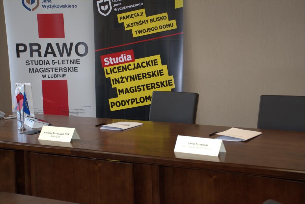 zdjęcie stołu prezydialnego nanim dokumenty
