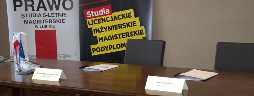 zdjęcie stołu prezydialnego na nim dokumenty