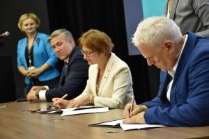 Na zdjęciu: Uroczyste podpisanie umowy okształceniudualnym między KGHM aUJW