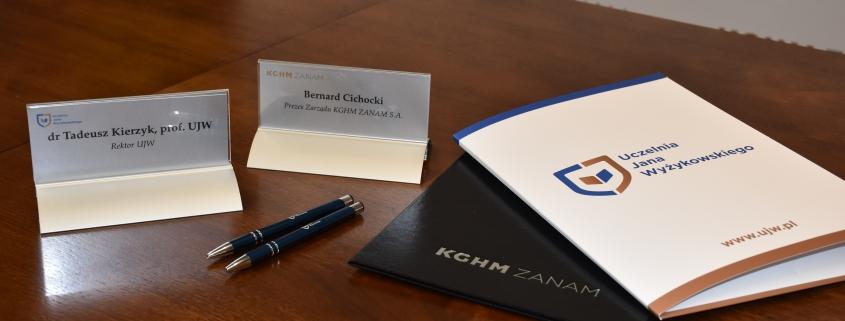 teki, długopisy leżące na blacie stołu